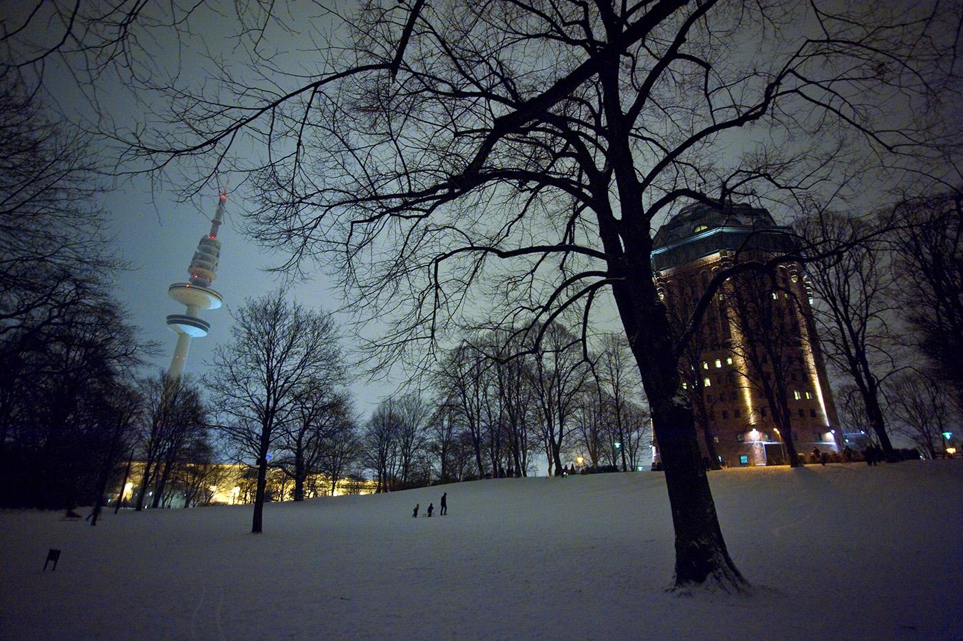 der Sternschanzenpark mit Fernsehturm und Hotel