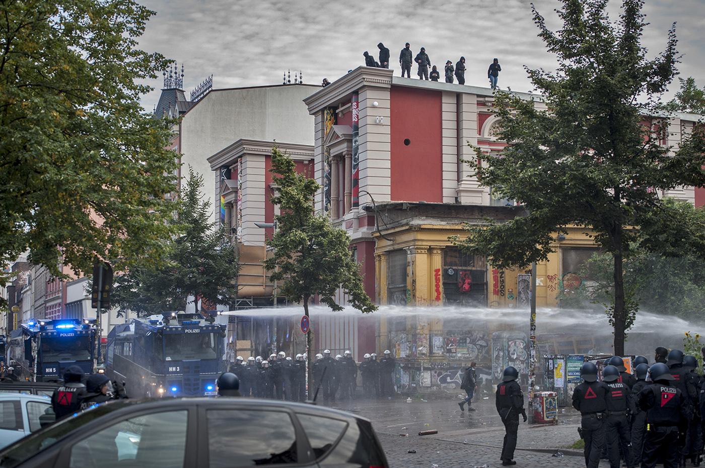Schulterblatt. Schanzenviertel. Rote Flora. Polizei-Einsatz vs. Linke Störer.