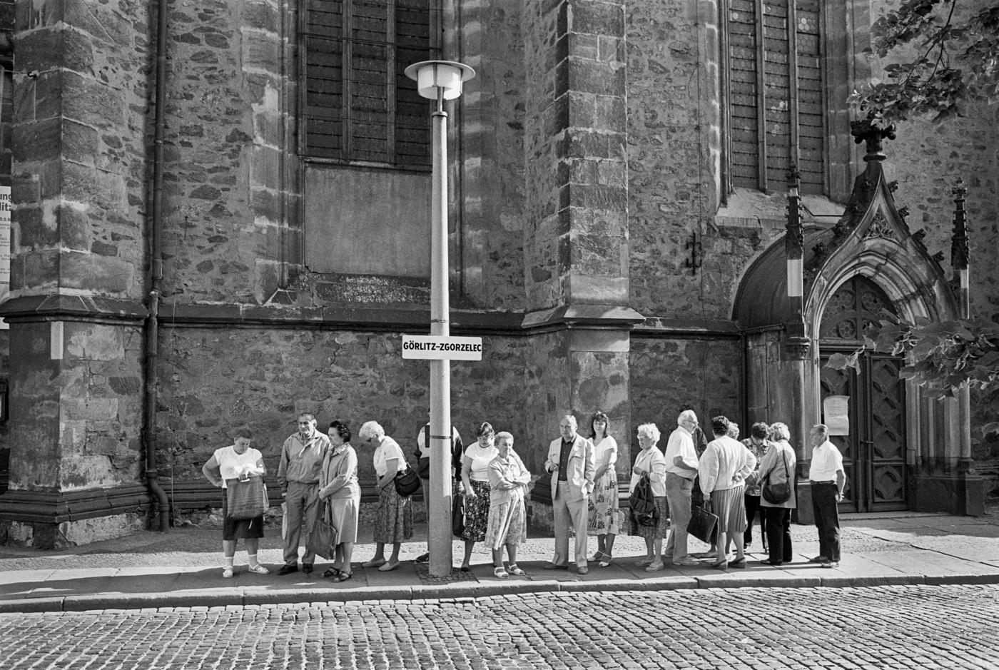 in Görlitz, Deutsche Einkaufstouristen warten auf den Pendelbus