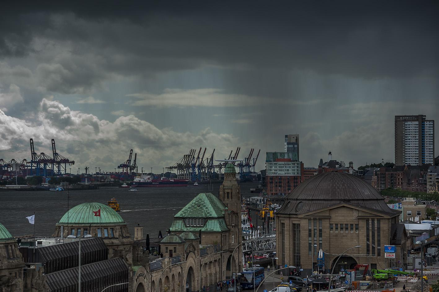 Blick vom Stintfang auf die Landungsbrücken und eine Schlechwetterfront.