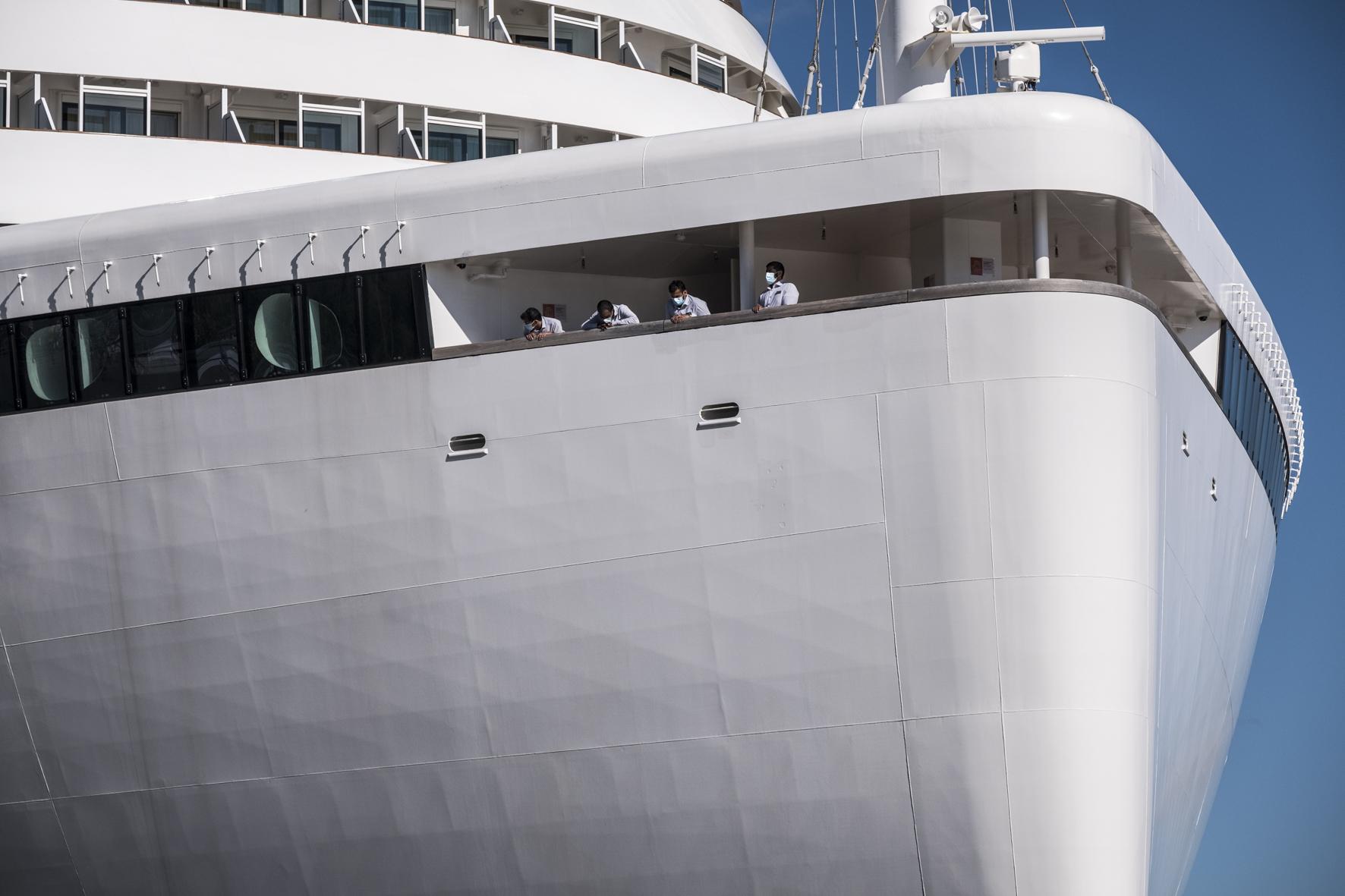 AIDA-Kreuzfahrtschiiff im Hamburger Hafen. Besatzung mit Corona-Masken